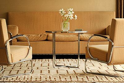 Moderne buizen meubelen in de huiskamer van Huis Sonneveld.
